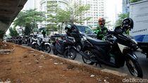 Lagi-lagi Motor Parkir Sembarangan di Kolong JLNT Kuningan