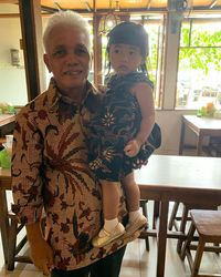 Hatta Rajasa Borong Pisang di Pinggir Jalan Demi Cucu Tercinta