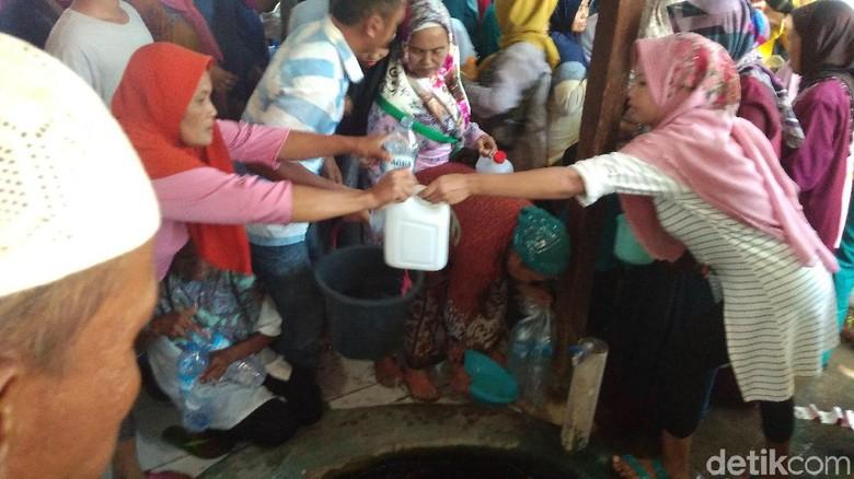Warga berebut air bekas cucian gamelan (Sudirman Wamad/detikcom)