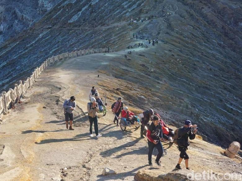 Kawah Ijen Dibuka, Puluhan Pendaki Nikmati Indahnya Blue Fire
