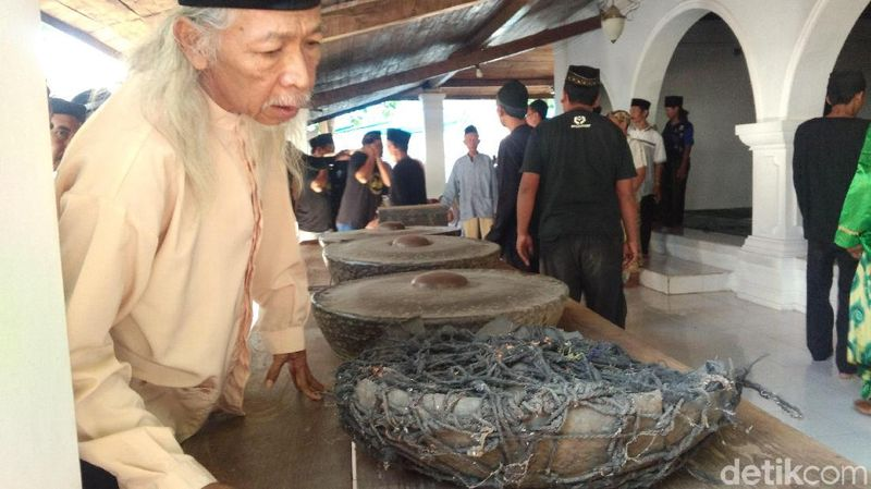 Setiap tahun, Keraton Kanoman Cirebon melaksanakan ritual pencucian gong sekaten jelang perayaan Maulid Nabi. Seperangkat gamelan keramat dikeluarkan dari Bangsal Pejimatan Keraton Kanoman Cirebon. (Sudirman/detikcom)