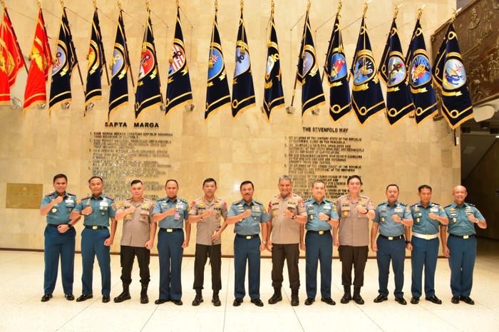 Pertemuan Kapolri Idham Aziz dan KSAL Laksamana Siwi Sukma Adji. (Dok Dispen AL)