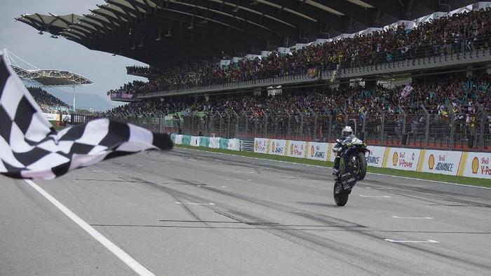 KUALA LUMPUR, MALAYSIA - NOVEMBER 03: Maverick Vinales of Spain and Yamaha Factory Racing cuts the finish lane and celebrates the victory during the MotoGP race during the MotoGP of Malaysia - Race at Sepang Circuit on November 03, 2019 in Kuala Lumpur, Malaysia. (Photo by Mirco Lazzari gp/Getty Images)