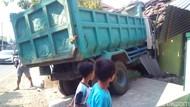 Truk Tabrak 3 Sepeda Motor dan 2 Rumah di Kudus, 4 Orang Luka