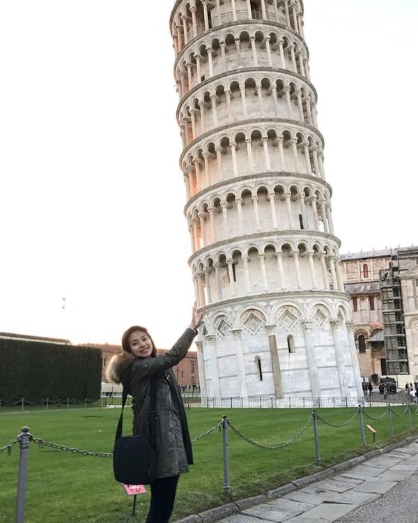 Tak afdol kalau ke Italia tapi engga berkunjung ke menara Pisa. Risa juga ikutan tuh foto di depan menara miring itu (Foto: santosorisa/Instagram)