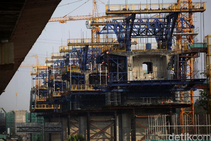 Suasana pembangunan kereta cepat Jakarta Bandung di KM 16 Tol Jakarta Cikampek, Bekasi Timur, Kota Bekasi, Jawa Barat, Jumat (8/11/2019).