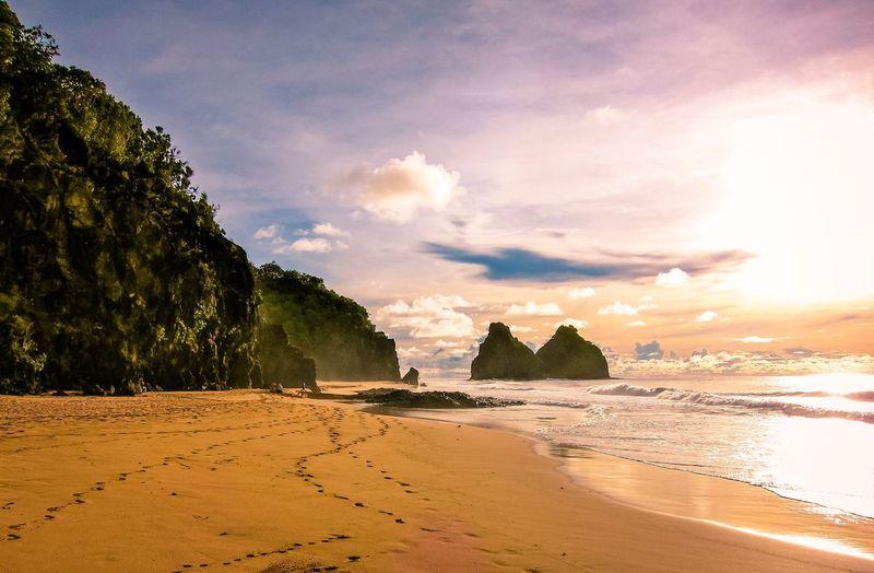 Sebuah pulau bernama Fernando de Noronha menjadi tempat terpencil bagi warga Brasil. Terpisah dari Amerika Selatan, pulau ini menyimpan banyak candu bagi wisatawan. (iStock)