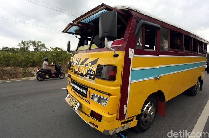 Yuk, Jalan-jalan Naik Bus Kayu di Perbatasan Indonesia