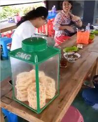 Seru! Resto di Jogja Ini Tawarkan Sensasi Makan dalam Kolam Ikan