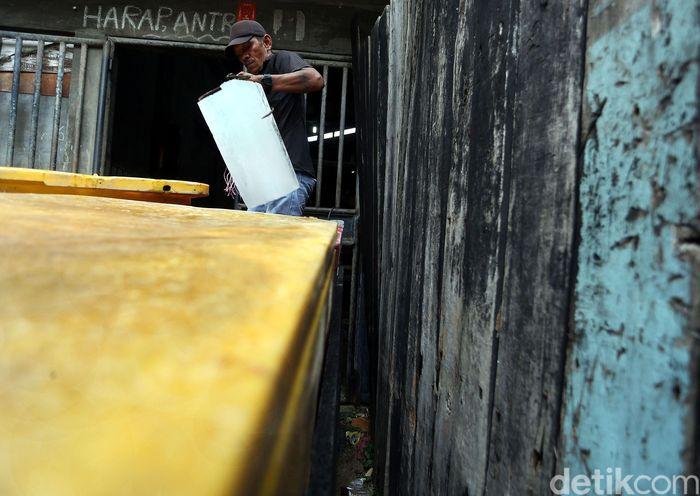 Kondisi wilayah Tanjung Balai Karimun yang berada di dekat laut membuat sejumlah warganya menggantungkan hidup dengan melaut. Namun, ada pula warganya yang mencari nafkah dengan membuka usaha yang masih berkaitan dengan kebutuhan untuk melaut, salah satunya bisnis pembuatan es batu.