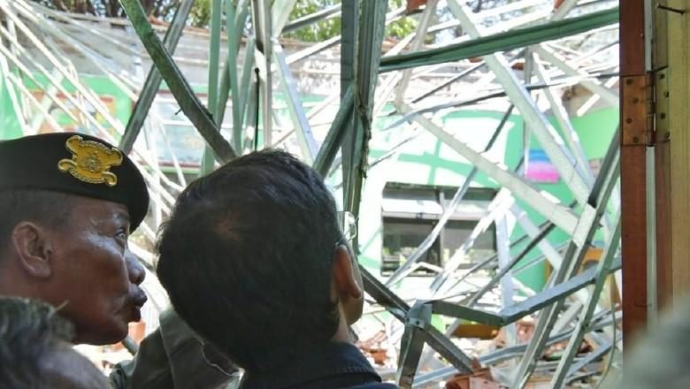 Potret Haru Mendikbud Nadiem Kunjungi Keluarga Korban SDN Gentong Ambruk