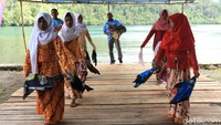 Sekilas, kampung ini tak beda dengan mayoritas kampung di Raja Ampat. Hanya ketika melihat masyarakatnya terutama kaum wanita, tak sedikit yang memakai hijab (Randy/detikcom)