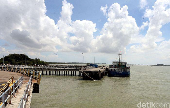 Sebuah kapal nampak sedang bersandar di Pelabuhan Roro yang berada di Kabupaten Karimun, Kepulauan Riau.