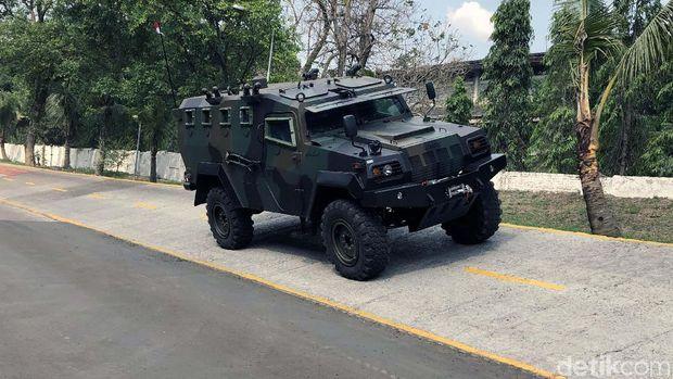 Menteri PPN/Bappenas Suharso Monoarfa mengunjungi PT Pindad. Suharso menyaksikan parade kendaraan taktis dan tempur produksi perusahaan pelat merah tersebut.