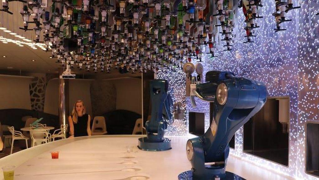 Kapal Pesiar Terbesar di Dunia Sajikan Minuman yang Diracik Robot