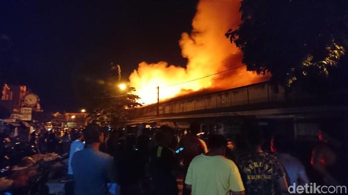 Pasar Ngunut yang terbakar (Foto: Adhar Muttaqin)