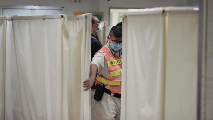 Petugas keamanan menutup tirai di ruang ICU yang menjadi tempat mahasiswa Hong Kong dirawat sebelum dinyatakan meninggal dunia (AP Photo/Dita Alangkara)
