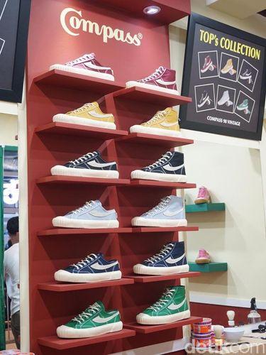 Sepatu dari brand lokal Compass yang diantre orang sejak dini hari.