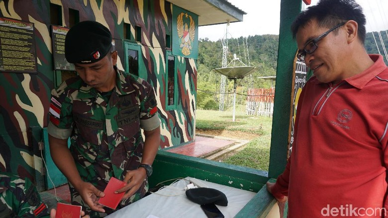 Warga melapor di pos perbatasan (Syanti Mustika/detikcom)