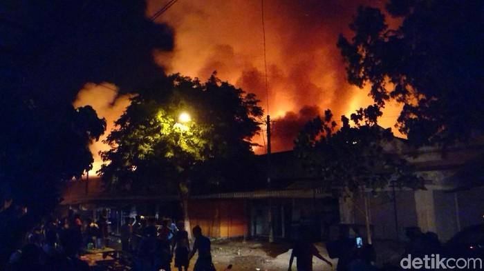 Api berkobar membakar Pasar Ngunut Tulungagung (Foto: Adhar Muttaqin)