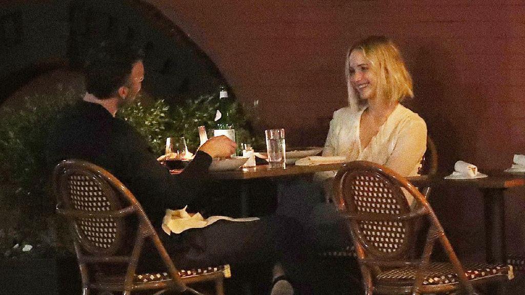 Bulan Madu di Sumba, Ini Pose Cantik Jennifer Lawrence Saat Makan Pizza