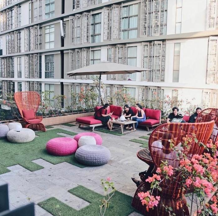 Foto: Instagram @onthree.idTerletak di rooftop, OnThree memiliki suasana yang santai dengan kursi dan sofa berwarna terang. Cocok untuk Anda yang ingin minum kopi sambil mengobrol santai.