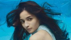 Aktris Bollywood Dikritik, Pose Seksi di Bawah Air untuk Pemotretan Majalah