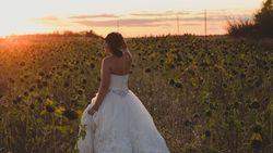 Mengenang Suami yang Tewas, Wanita Pose Pakai Gaun Pengantin Tiap Tahun