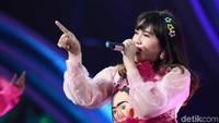 Nyanyi di Pinggir Jalan Pakai Masker dan Kacamata, Via Vallen Tetap Dikenali