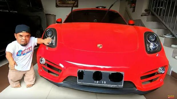 Ucok Baba jajal mobil sport Denny Cagur/Foto: Screenshot Youtube Ucok Baba Official