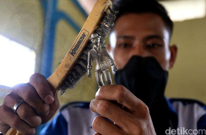 Pewter timah merupakan salah satu kerajinan tangan yang menjadi buah tangan andalan khas dari Karimun Besar, Kepulauan Riau.