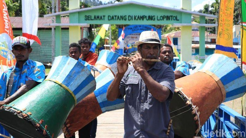 Tiba di dermaga Kampung Lopintol, saya dan rombongan pun langsung disambut oleh tari-tarian lokal seperti Salawaku, suling tambor dan lainnya (Randy/detikcom)