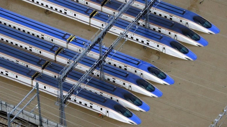 Shinkansen saat terendam banjir (Reuters/AFP)