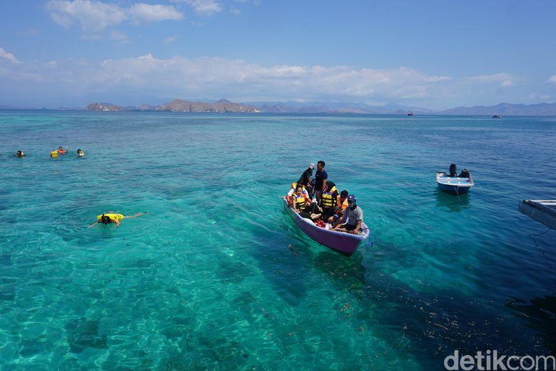 Air laut yang serupa kristal karena berkilauan saat disinari matahari. Kecantikan Pulau Kanawa harus dilihat sendiri (Foto: Ahmad Masaul Khoiri/detikcom)