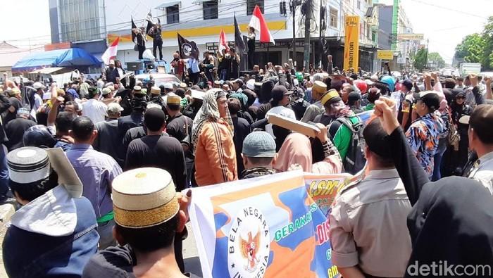 Ratusan pengikut tarekat Tajul Khalwatiyah Syekh Yusuf menuntut penangguhan penahanan Puang Lallang. (M Abdurrahman/detikcom)