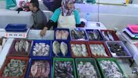 Beragam ikan tawar dan ikan laut dijual di pasar ini.