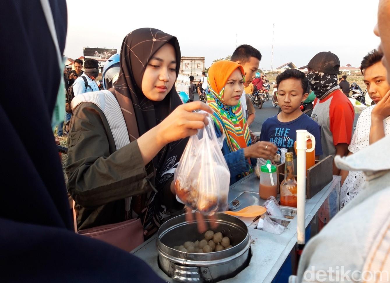 Utari Nur Alina, melayani pembeli cilok dagangannya yang viral di medsos, (8/11/2019).