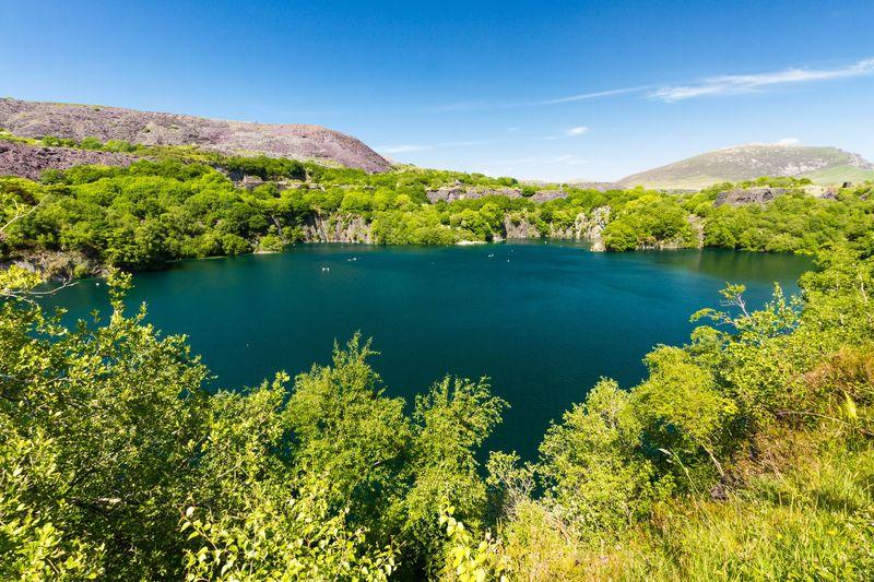 Dibuka tahun 1829, tambang Dorothea Slate Quarry di Wales beroperasi hingga tahun 1970. Kini bekas tambang tersebut telah bertransformasi menjadi danau sekaligus tempat wisata. (iStock)