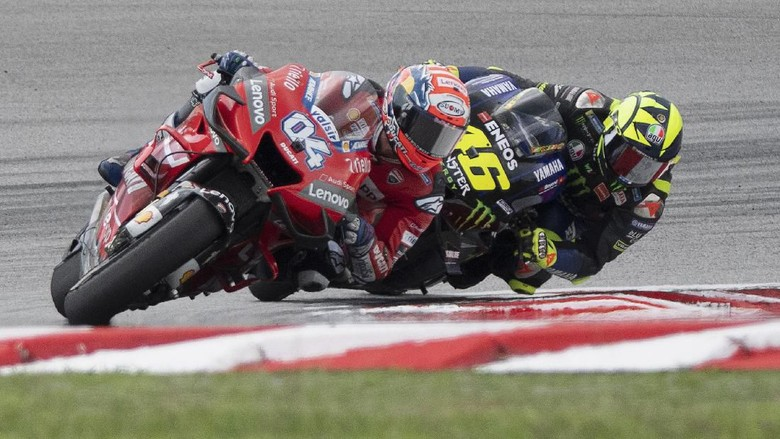 KUALA LUMPUR, MALAYSIA - NOVEMBER 03:  Andrea Dovizioso of Italy and Ducati Team leads Valentino Rossi of Italy and Yamaha Factory Racing during the MotoGP race during the MotoGP of Malaysia - Race at Sepang Circuit on November 03, 2019 in Kuala Lumpur, Malaysia. (Photo by Mirco Lazzari gp/Getty Images)