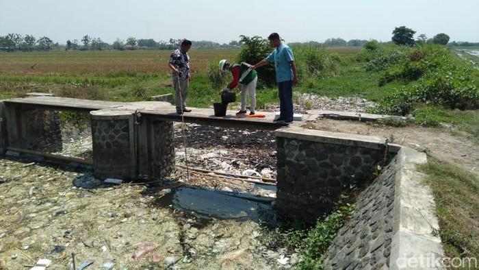 Pengambilan sampel air Sungai Ledeng/Foto: Enggran Eko Budianto