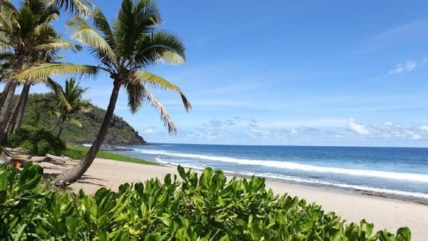 Seperti inilah pemandangan cantik Pulau Reunion di Samudera Hindia. Banyak turis ke sini karena tergoda dengan pemandangan pantai hingga keindahan alam bawah lautnya. (iStock)