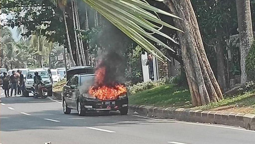 Sedan Hitam Terbakar di Pinggir Jalan Pondok Indah
