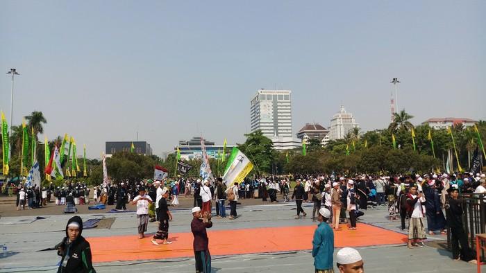Foto: Peserta peringatan Maulid di Monas membubarkan diri (Farih Maulana Sidik/detikcom)