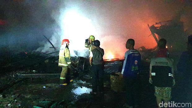 Puluhan Kios Penampungan Pedagang Pasar Tipar Sukabumi Terbakar