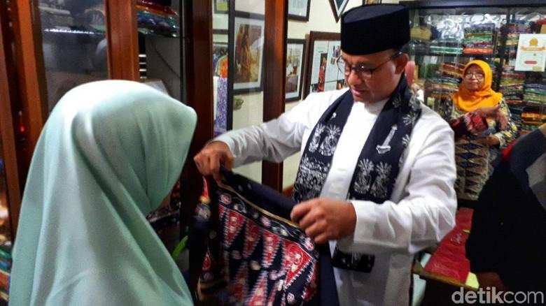 Anies berbelanja di sanggar Batik Betawi Terogong (Afif Farhan/detikcom)