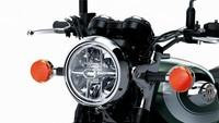Kawasaki W800 menggunakan roda depan 19 inci, yang berkontribusi pada kemudi yang santai, bahkan lebih dekat dengan nuansa berkendara klasik dari model W saat pertama mucul. Motor ini juga mendapat stang dan jok dengan model khusus yang memberikan posisi berkendara yang santai. Istimewa/Dok. Kawasaki.