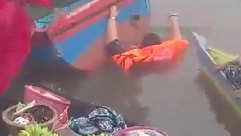 Viral wisatawan tercebur ke sungai di Pasar Terapung Lok Baintan. (Foto: screenshot Facebook)