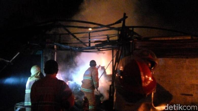 Puluhan Kios Penampungan Pedagang Pasar Pelita Sukabumi Terbakar