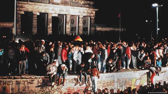 Foto Ilustrasi Tembok Runtuh Berlin: DW (News)