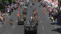 Sejumlah kendaraan yang mengangkut prajurit veteran nampak melintas di Jalanan Surabaya saat mengikuti Parade Surabaya Juang untuk menyambut Hari Pahlawan.